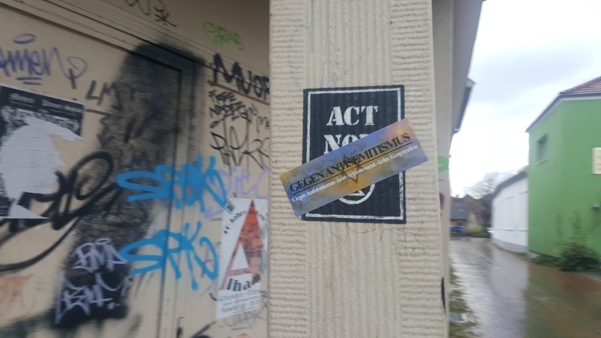 Extinction Rebellion Sticker unter antifaschistischem Aufkleber